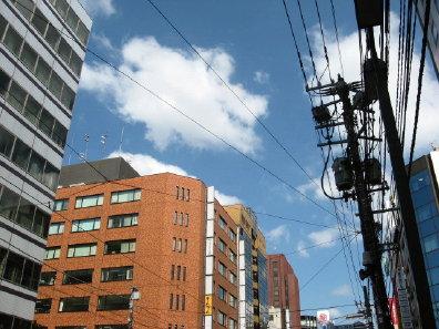 電線と街並み