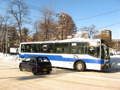 雪道走行中のバス