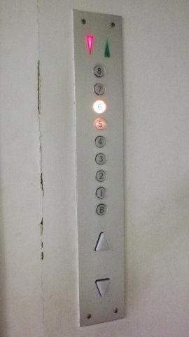 エレベーターの操作パネル