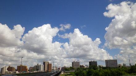 札幌の街並みと雲
