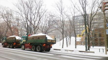 雪輸送中のダンプカー