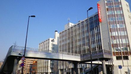 大通バスセンタービルと歩道橋