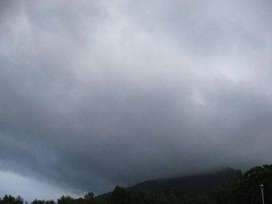 藻岩山と雨雲