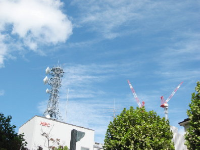 鉄塔とタワークレーンと空