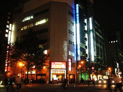 夜の札幌の街並み